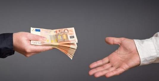 Ręka z pieniędzmi firmowymi
