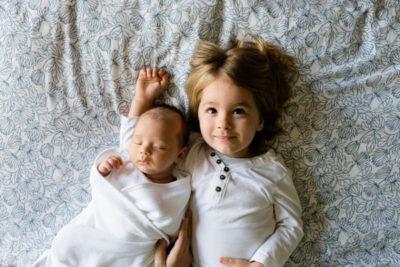 2 dzieci - chłopiec i dziewczynka - z oszczędnościami