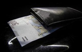 Banknot 500 złotowy i portfel - kapitał podatny na inflację