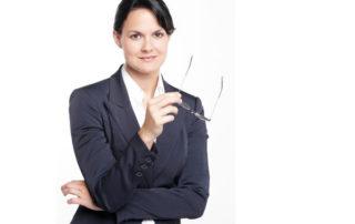 Kobieta - pracowniczka na etacie - w czarnej garsonce