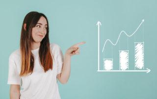 inwestycja wykres wzrostów - młoda kobieta o długich włosach