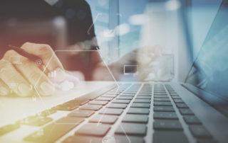 Użytkownik komputera bezpiecznie surfujący w sieci - przy laptopie z klawiaturą